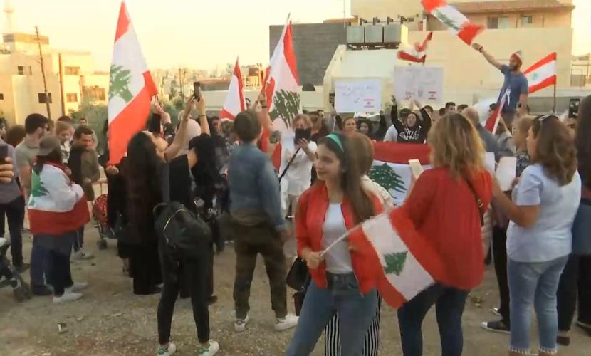 اللبنانيون في الأردن ينفذون وقفة تضامنية امام سفارة بلادهم