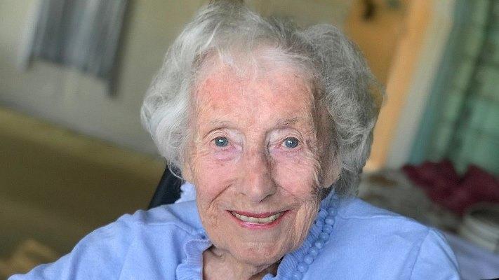 وفاة مغنية بريطانية عن 103 أعوام