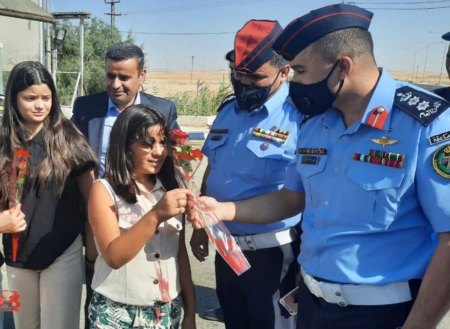 مديرية الأمن العام تشارك المواطنين فرحة العيد وتقدم لهم الحلوى والعصير  صور
