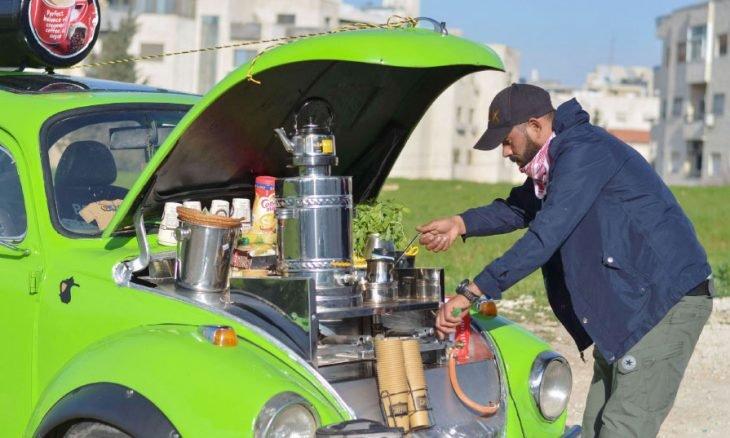 شاب أردني يحول سيارته الكلاسيكية الى مصدر إضافي للدخل من بيع القهوة في عمان