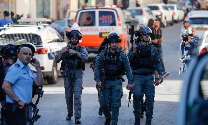 """اعتقال مقدسي يوزع """"انتفاضة القدس"""" مجاناً"""