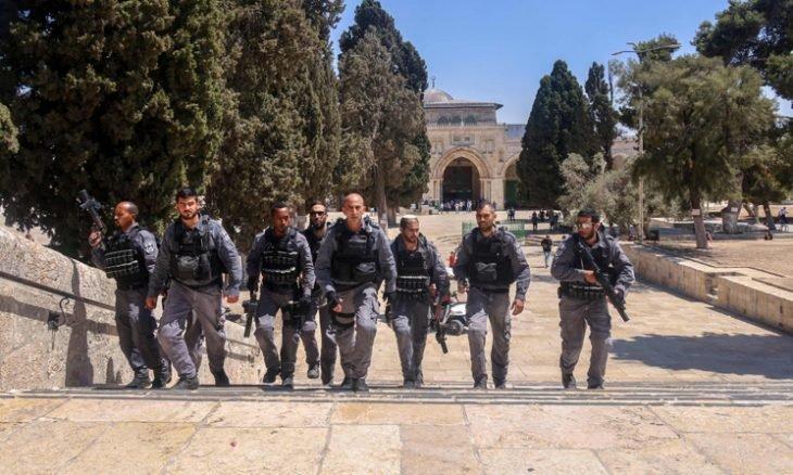 """قوات الاحتلال الإسرائيلي تعتدي على فلسطينيين في """"الشيخ جراح"""""""