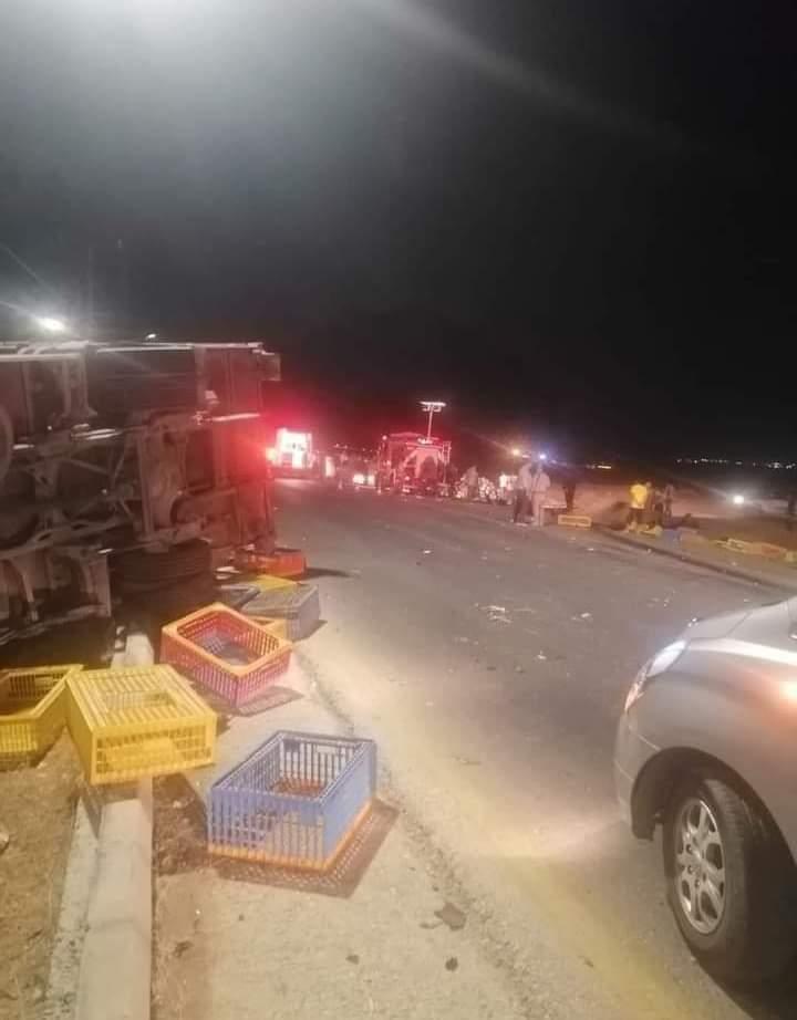 توفي 6 أشخاص وأصيب آخرين إثر حادث سير مروع بين شاحنة وسيارة صغيرة على طريق جابر الدولي في محافظة المفرق