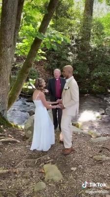 تفاصيل زواج مسنة وشاب عبر تيك توك