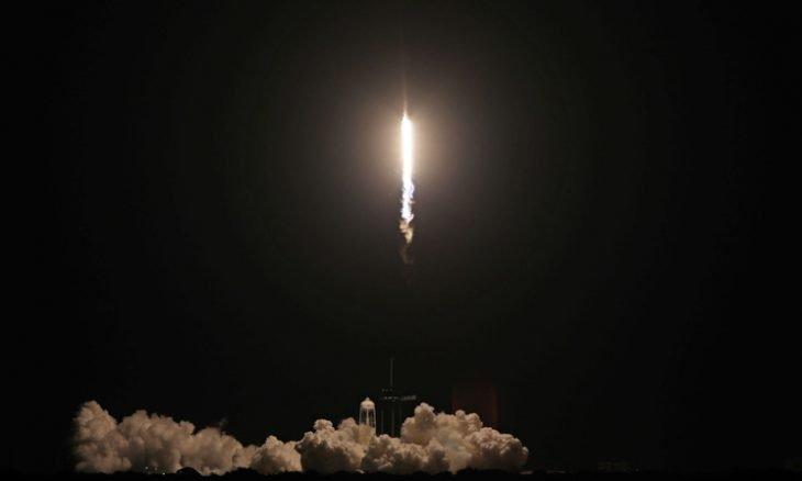 إقلاع المركبة الفضائية لسبايس إكس وعلى متنها أربعة سياح
