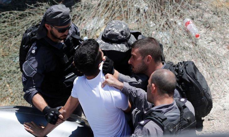 الجيش الإسرائيلي ينكّل بطفلين ويعتقل أحدهما